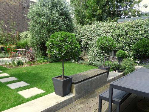 Small Garden Design London towards the house